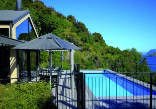 Neuseeland/TOX/The_Point_Villas_exterior_pool